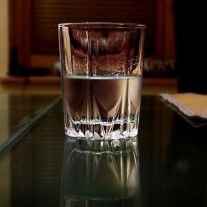Eau plate ou eau pétillante : quel est le bon choix pour ma santé ?