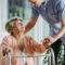 Les déambulateurs 2 roues pour les personnes âgées : quels avantages?